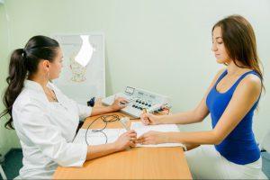 Фото девушки во время диагностики в реабилитационном центре Дворец Здоровья